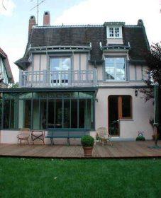 Veranda dans maison ancienne : terrasse bois veranda